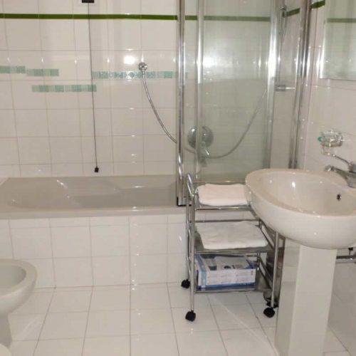 apartment bellagio historia bathroom