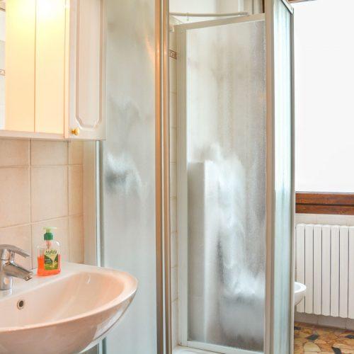 italian lakes holidays turandot apartment bathroom.fw